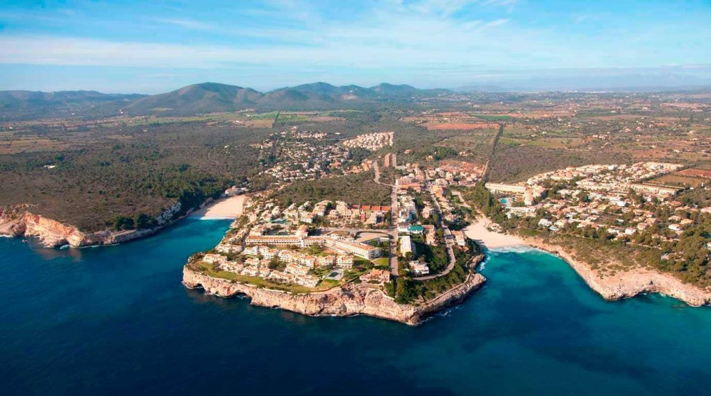 vista aérea de Cala Romántica y Cala Mendia