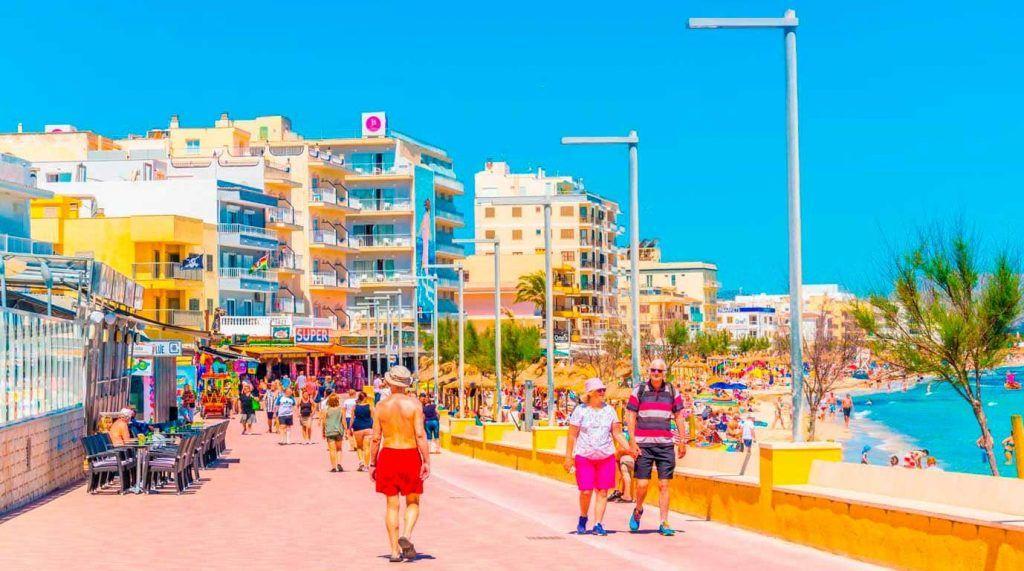 Paseo junto a la playa de Can Picafort