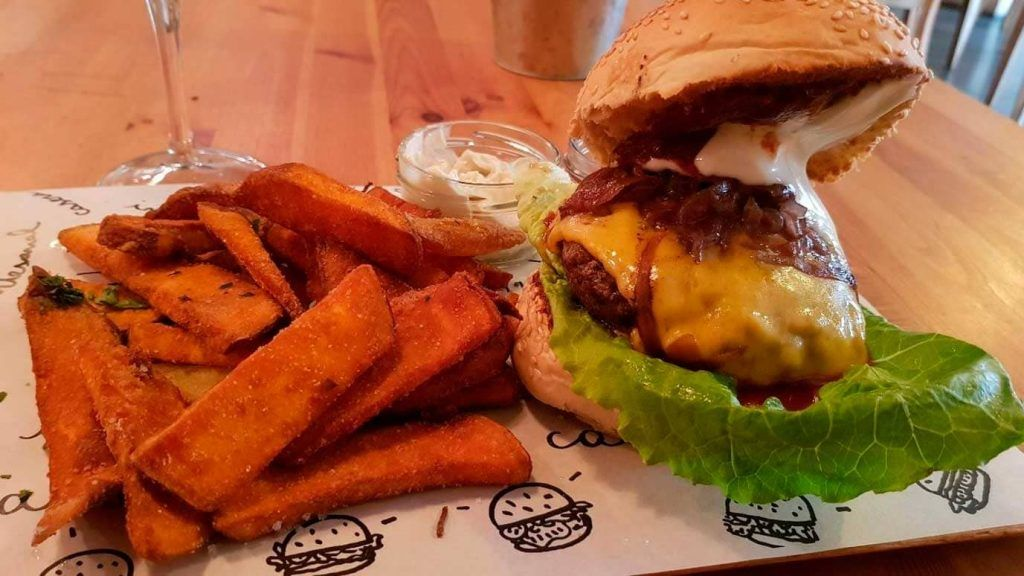 estupenda hamburguesa en La Nueva Burguesa en Santa Catalina