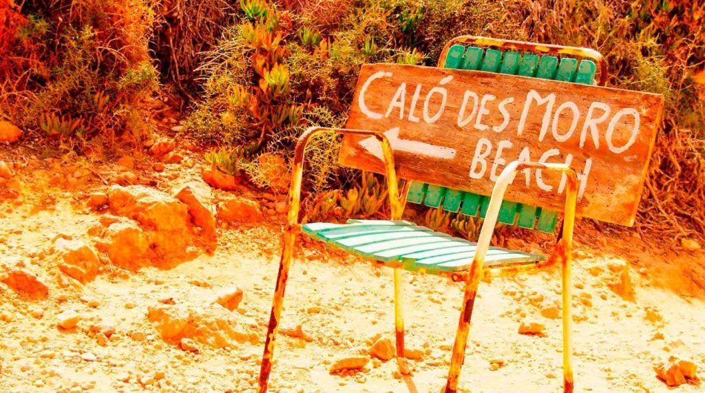cartel de dirección hacia Caló des Moro