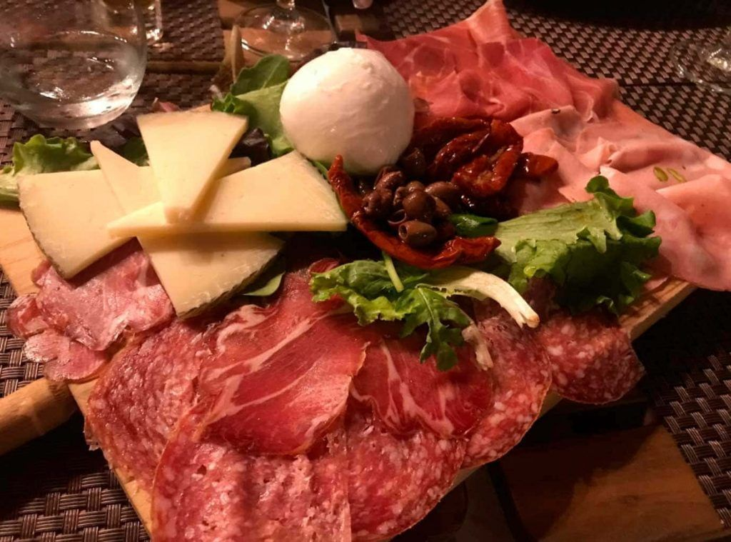 variado de embutidos y quesos en el restaurante Bonobono de Santa Catalina