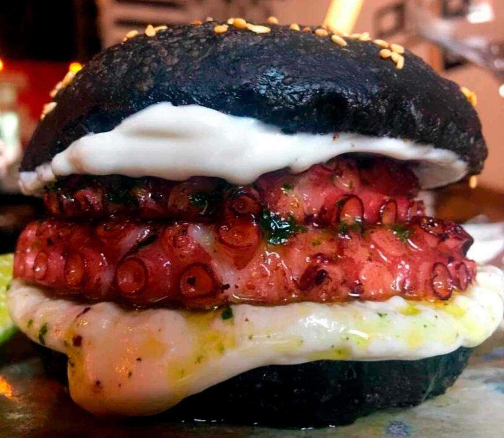 original hamburguesa de pulpo en el restaurante FABRICK FOOD & MORE de Santa Catalina