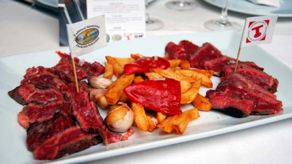 suculento plato de carne en el restaurante Xoriguer de Santa Catalina