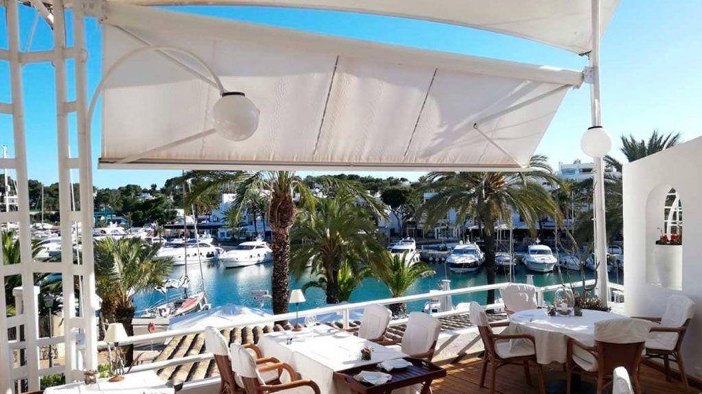 Terraza del restaurante Port Petit de Cala d'Or en Mallorca
