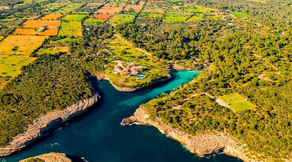 vista aérea de Cala Mitjana en Felanitx