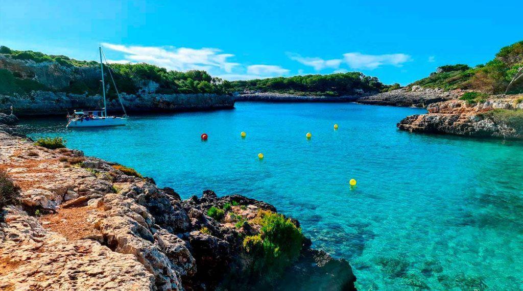 aguas tranquilas y cristalinas en Cala Sa Nau