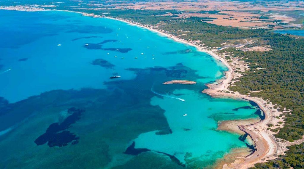 En primer plano tenemos la playa Des Peregons, seguido de la playa de Es Trenc y al fondo Sa Ràpita.