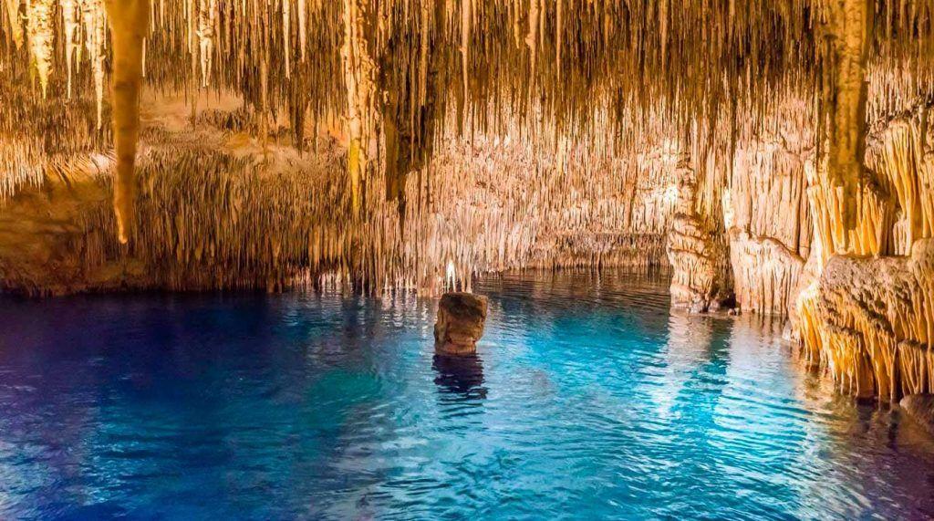 uno de los lagos de las Cuevas del drach